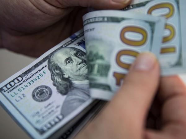 Доларът отслабва през този месец, след като Федералният резерв продължи