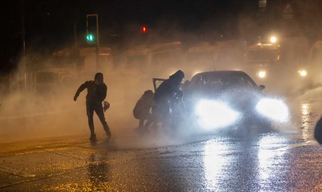 Лондон изпрати в Белфаст военни и части за борба с безредиците