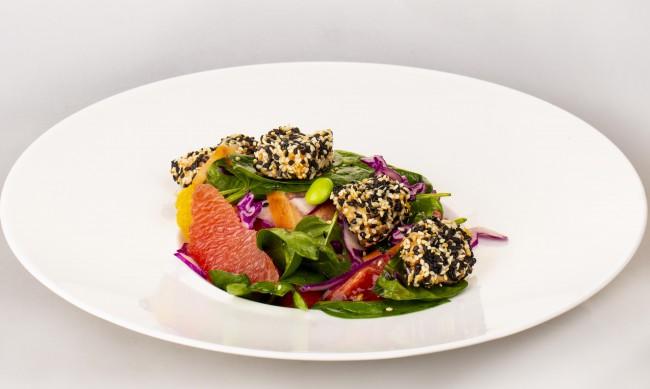 Рецептата Dnes: Спанак със сьомга и два вида сусам