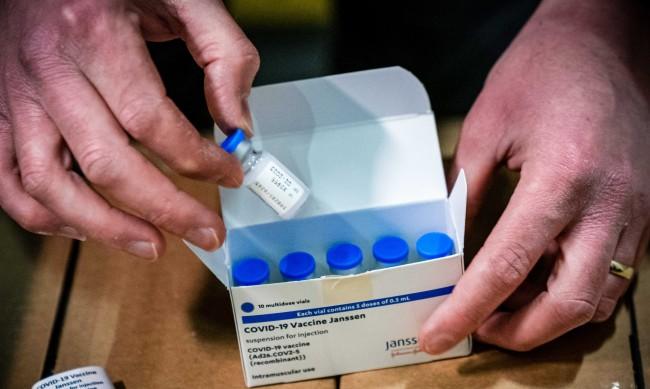 """Разпределят първите доставки от ваксината на """"Джонсън"""""""
