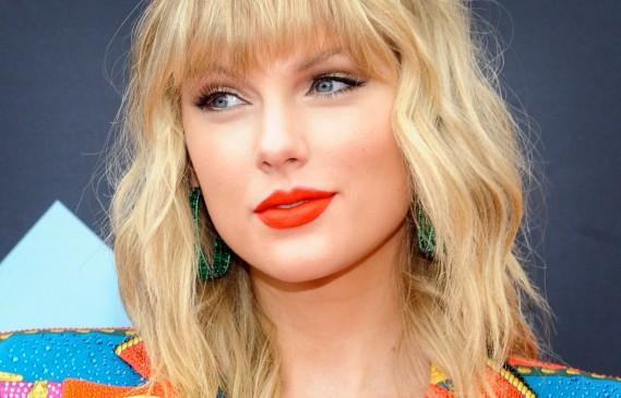 Ягодово русо: Новият цвят на косата на Тейлър Суифт