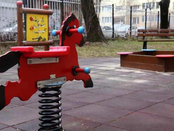 Неизвестни апаши обраха детската градина в петричкото село Кавракирово. Крадците