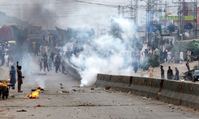 Четирима загинаха при протестите в Пакистан