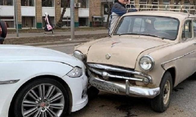 """Сблъсък на минало и бъдеще: """"Москвич-402"""" удари нов Jaguar XJ"""