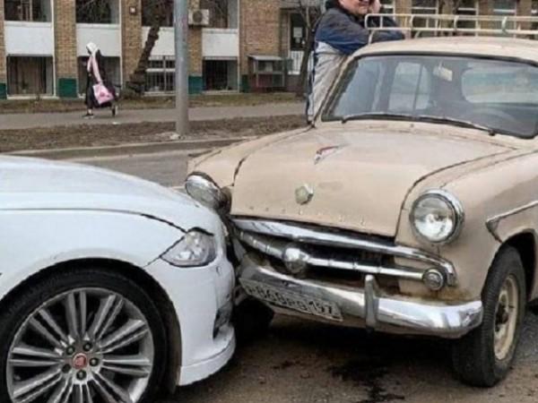 Каналът MoscowMap публикува снимки на любопитно пътно-транспортно произшествие в Москва,