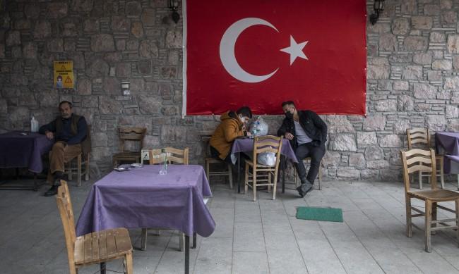 Турция затяга ограниченията срещу COVID-19