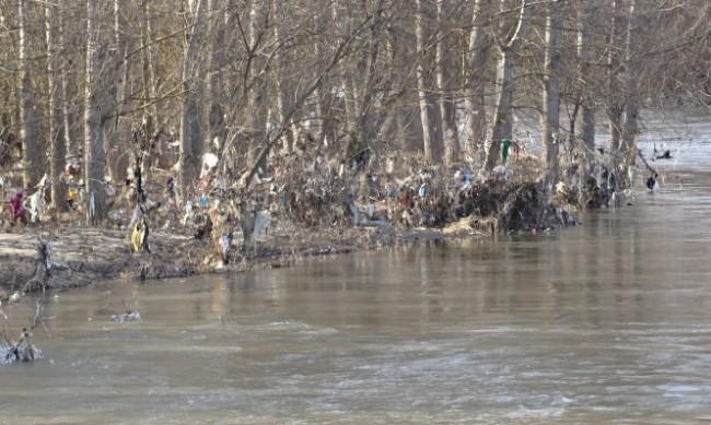 Плаващо сметище по поречието на река Струма