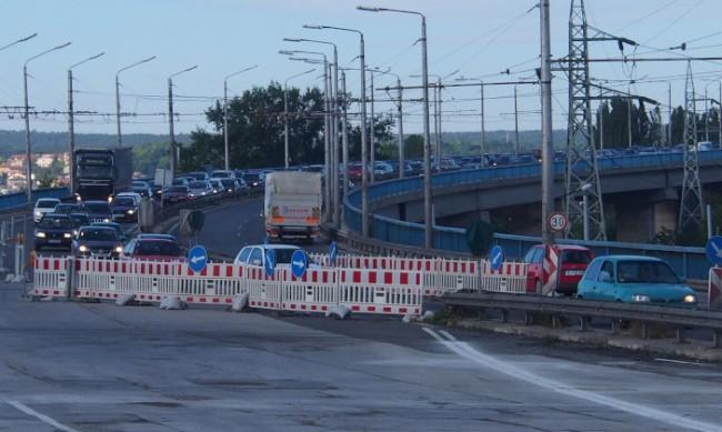 Затруднено движение по Аспаруховия мост заради проблемна фуга