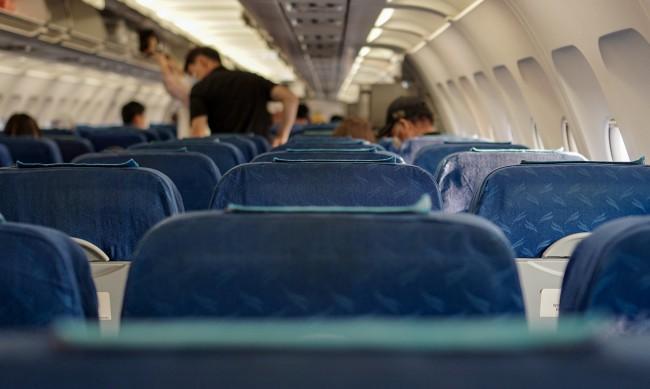 Празна средна седалка в самолета сваля риска от COVID с 57%