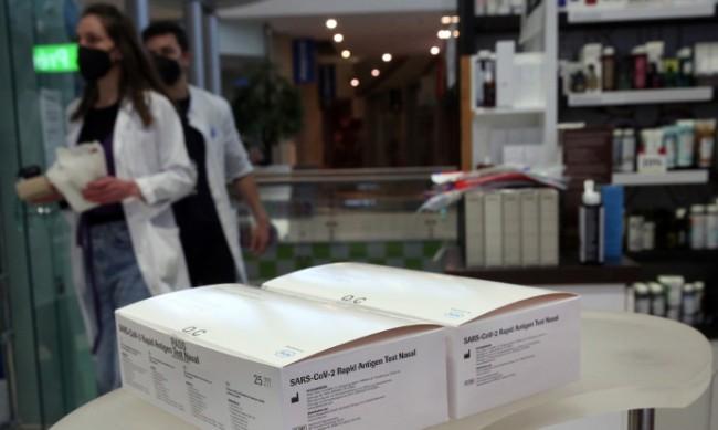 Арестуваха доставчик, задигнал флакон ваксина в Атина