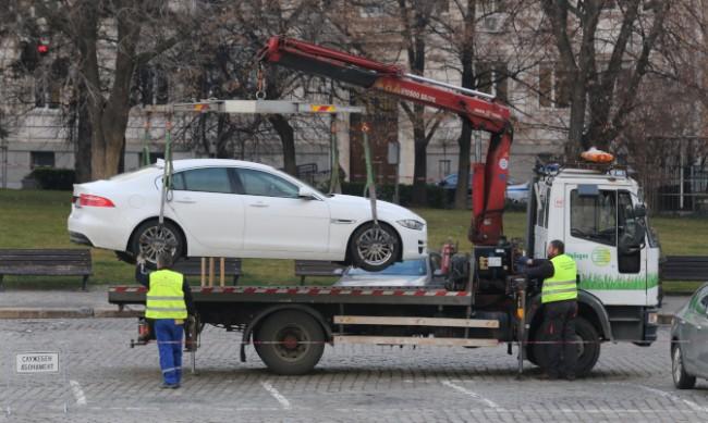 Паяк вдигна паркирана кола, в която има дете