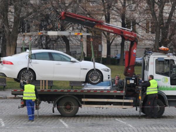 Паяк вдигна автомобил в Плевен, в който има дете. Сцената