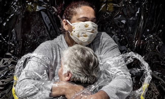 """Емоционалната """"завеса за прегръдки"""" стана снимка на годината"""