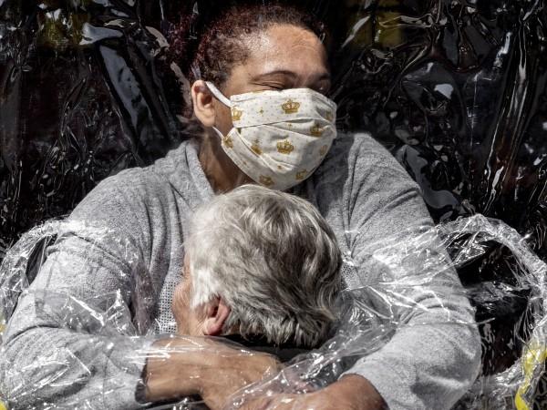 """Снимка, символизираща """"любов и състрадание"""" и показваща 85-годишна бразилка, получаваща"""