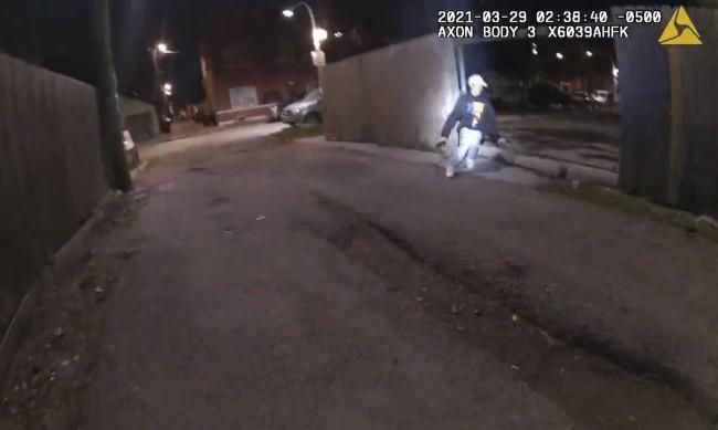 Кадри на полицията в Чикаго показват как полицай застрелва момче
