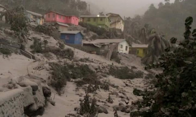 Как жителите на Свети Винсент се справят след избухването на вулкана?
