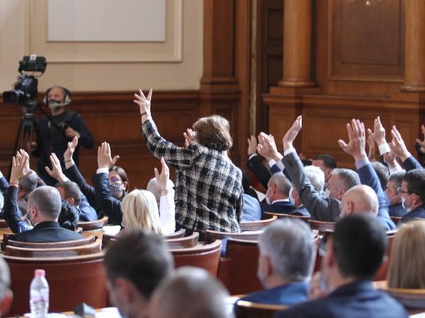 Парламентът подкрепи оставката на кабинета на Бойко Борисов, като 156