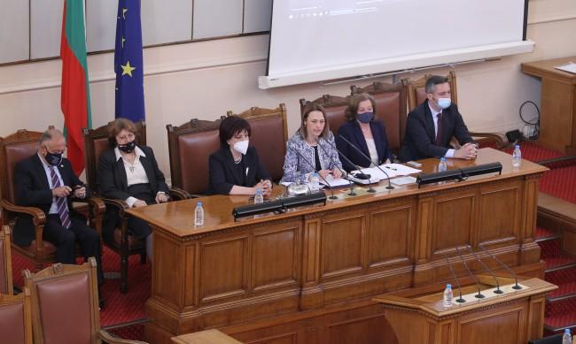 Депутатите задължиха Борисов да отиде при тях на 21 април