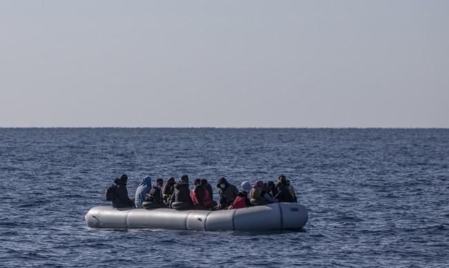 41 мигранти загинаха край бреговете на Тунис, сред тях и бебе