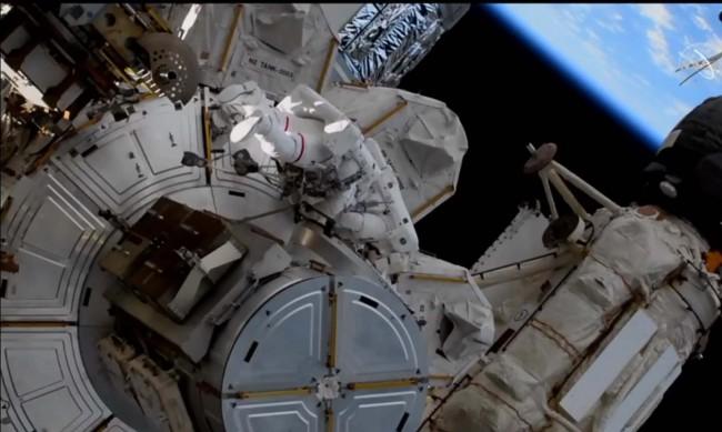 Американски и двама руски космонавти стъпиха на Земята