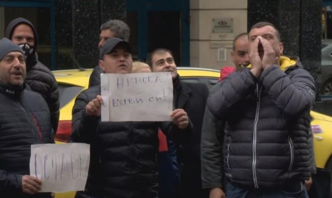 """Провокация и музика на """"Позитано"""" 20, искат оставката на Нинова"""
