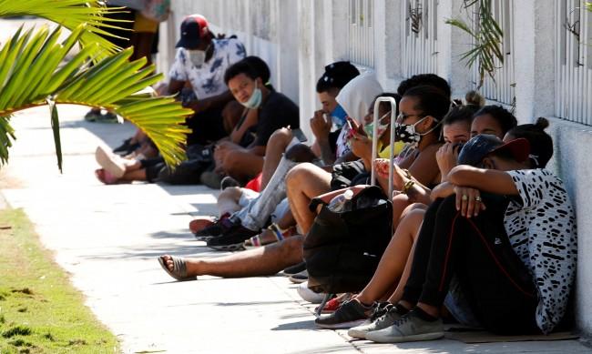 """В Куба се появи нова професия - """"colero"""", чакащият на опашка"""