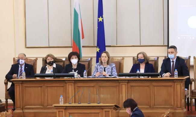 Технически хаос и лични обиди сложи началото на 45-ия парламент