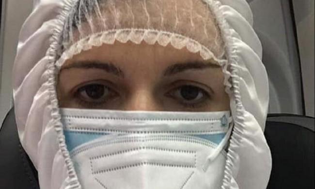 Със скафандър и линейка: Македонска депутатка, болна от COVID-19 отиде в парламента