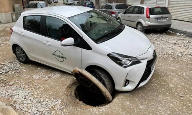 Кола пропадна в шахта, но глобиха шофьорката