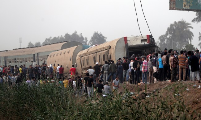 Жертви и над 100 ранени след дерайлиране на влак в Египет