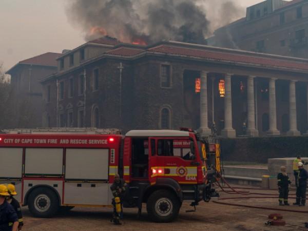 Горски пожар се е разпространил и е обхвнала близкия кампус