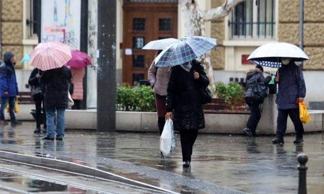 Времето днес: Жълт код за валежи в 19 области