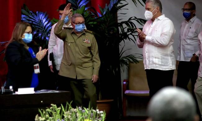 Как кубинците приемат края на ерата Кастро?