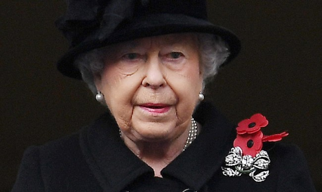 Дамите в кралския двор не оставят сама кралица Елизабет II