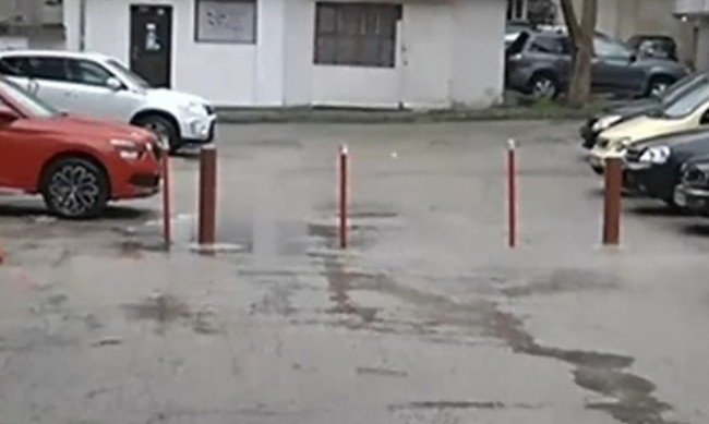 Бариера на улица във Варна ограничи достъпа на живеещи там