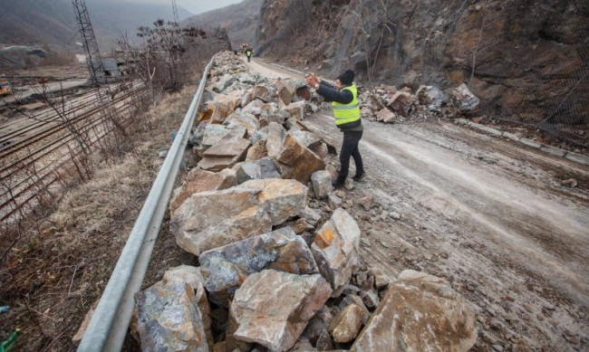 Пътят София-Самоков е затворен заради свлачище