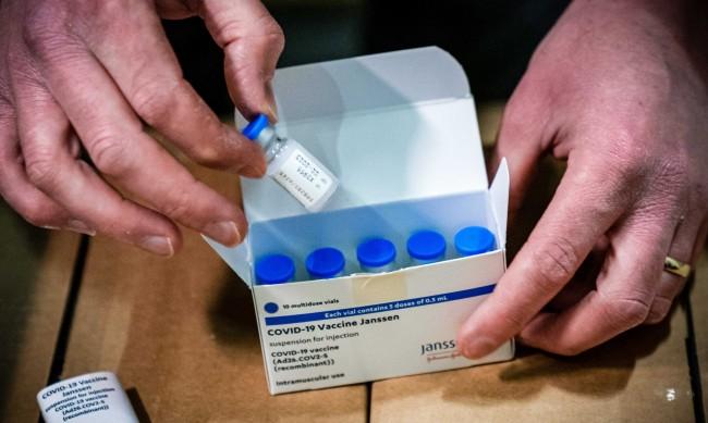 """ЕМА свърза ваксината на """"Джонсън"""" с редки случаи на тромбози"""