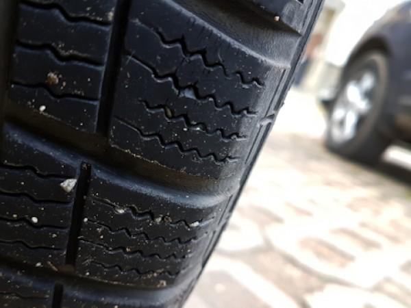 Десетки автомобили на улици в София осъмват с надупчени гуми.