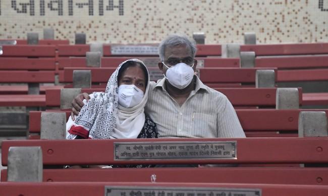 """Индия в """"брутална хватка"""" с вируса, над 2000 починали дневно"""