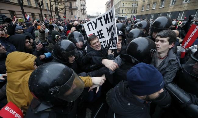 Над 1500 в ареста след протестите в защита на Навални