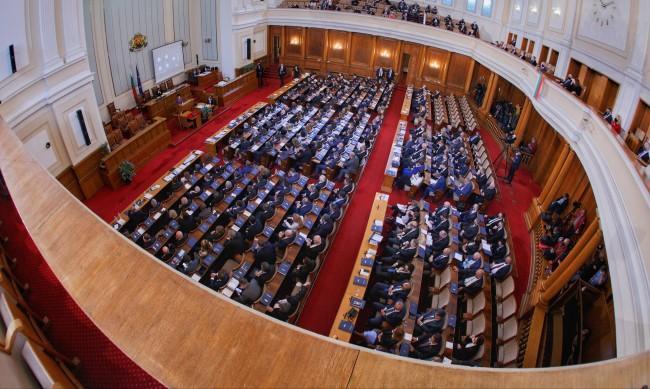121 депутати ще приемат закони, НС влиза в социалните мрежи