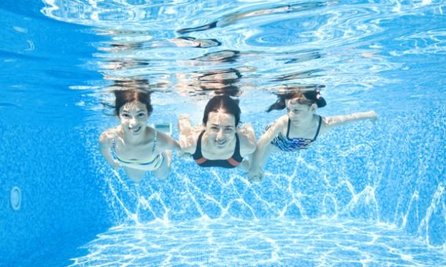 Гледането под водата без очила има своите рискове за здравето