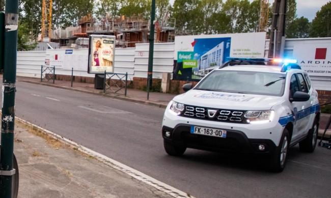 Мъж уби с нож полицайка във Франция