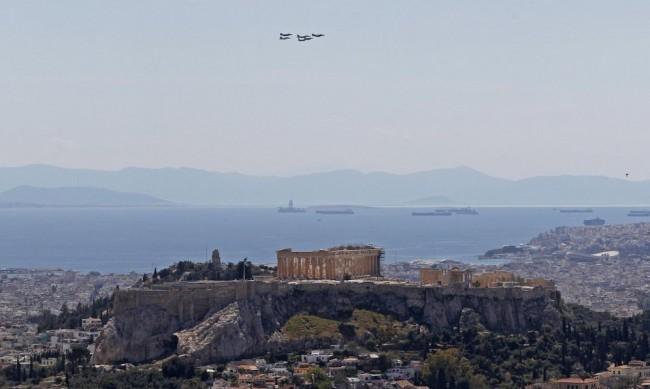 Моловете в Гърция отвориха, строг контрол на броя клиенти