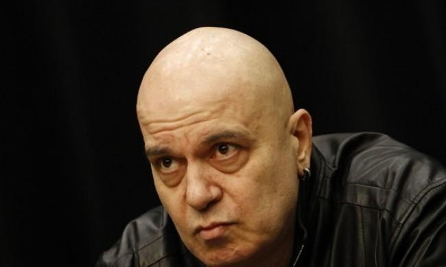 Слави Трифонов с видео във Facebook: Не е вярно, че бягаме от отговорност!