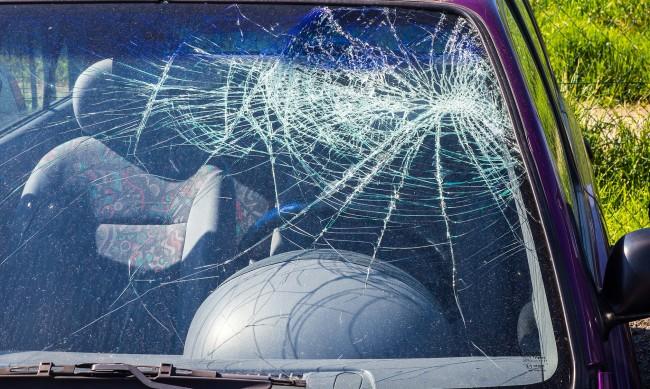 Защо три коли осъмнаха със забити кирки в капаците?