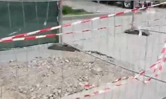 """Дупки в """"Младост"""" се ограждат, вместо да се асфалтират"""