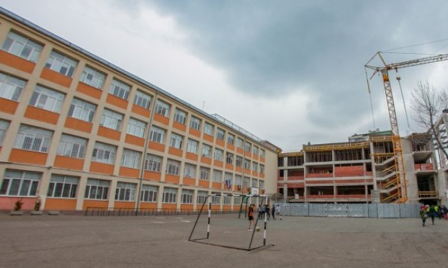 МОН предлага повече класове да се върнат в училище
