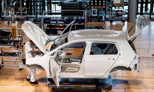 Затворени фабрики, намалено работно време: Криза удари автомобилния сектор