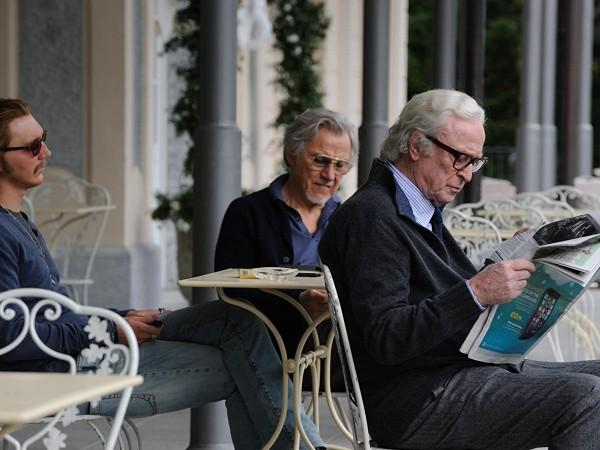 Двама пенсионери - композиторът Фред (Майкъл Кейн) и филмовият сценарист